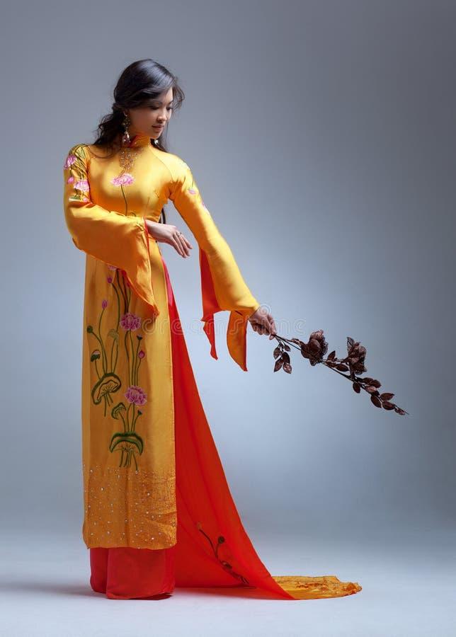 Mulher asiática elegante nova foto de stock
