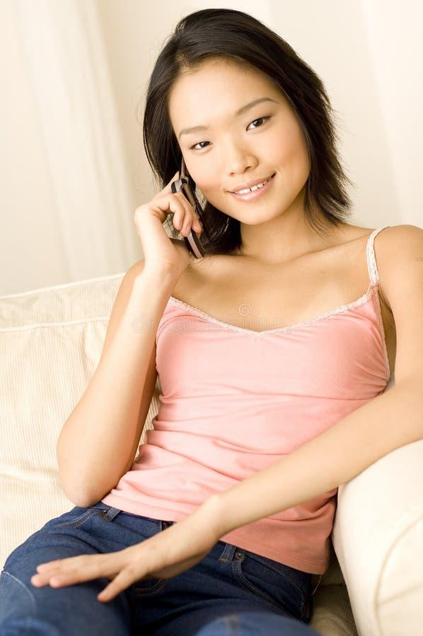 Mulher asiática em casa foto de stock royalty free