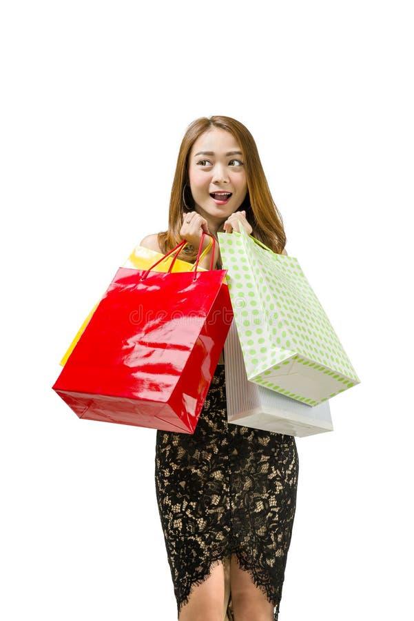 Mulher asiática entusiasmado com estar colorido dos sacos de compras fotos de stock
