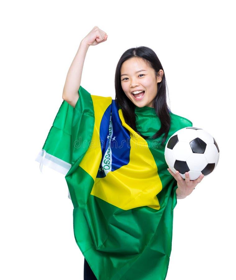 Mulher asiática entusiasmado drapejada com bandeira de Brasil fotos de stock royalty free