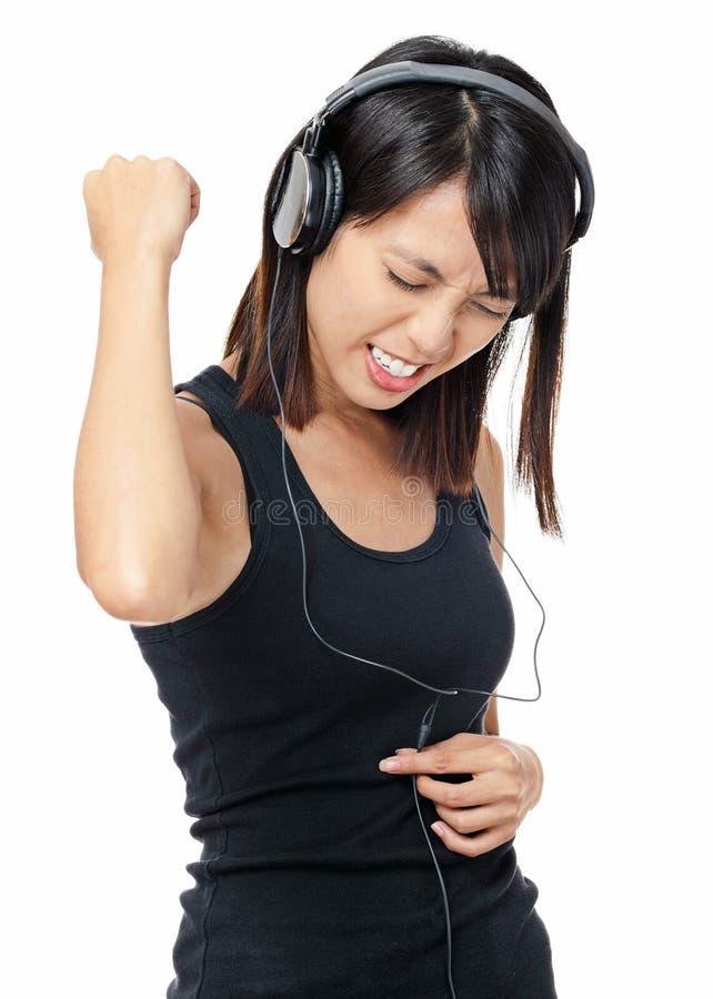 A mulher asiática escuta a música rock imagem de stock