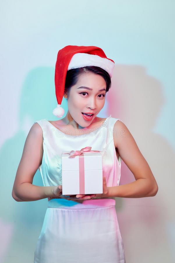 Mulher asiática feliz bonita no chapéu de Santa Claus com soldado do Natal fotos de stock royalty free