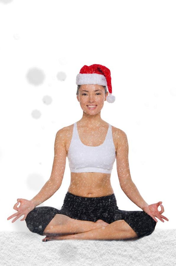 A mulher asiática feliz no chapéu do Natal com neve treina a aptidão foto de stock royalty free