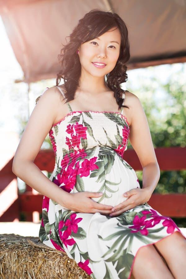 Mulher asiática grávida imagem de stock