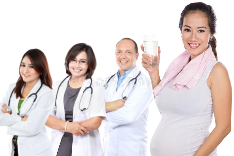 Mulher asiática grávida que faz o exercício fotos de stock royalty free
