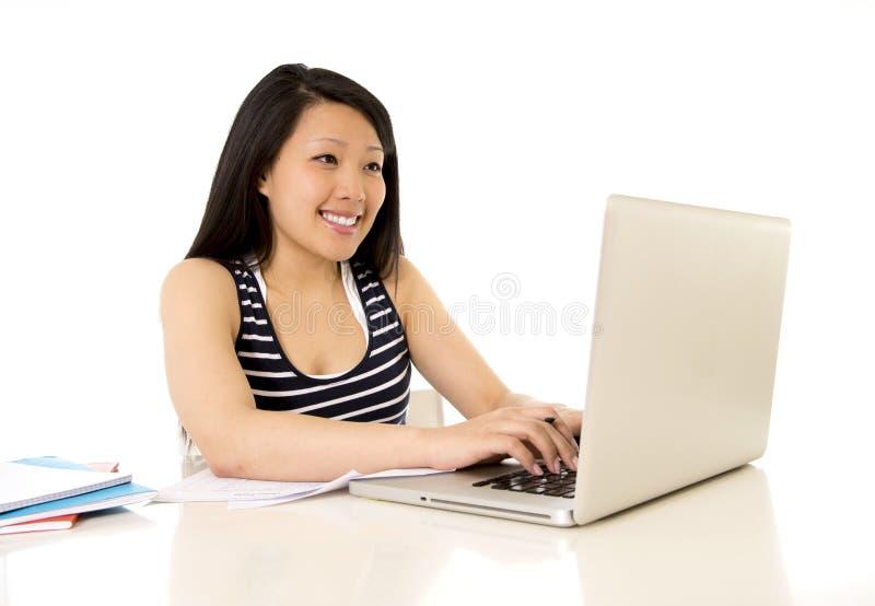 Mulher asiática hinese feliz que trabalha no computador foto de stock