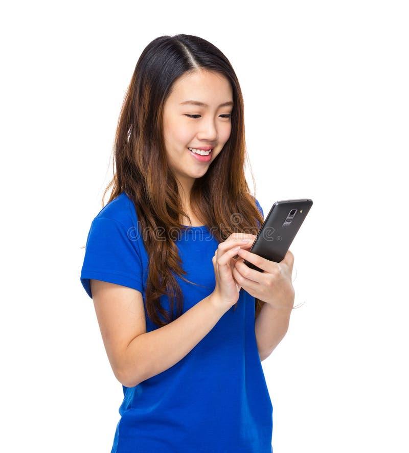 A mulher asiática leu a mensagem no telefone celular fotos de stock royalty free