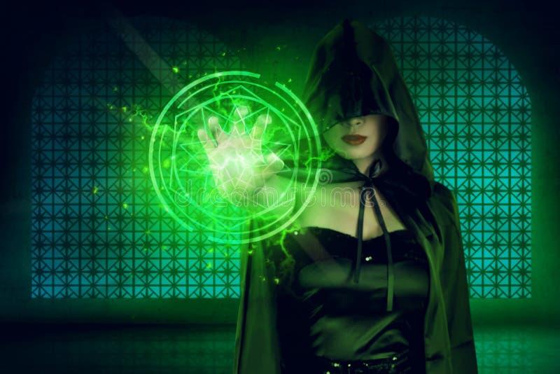 Mulher asiática místico no traje da bruxa que mostra o projeto do pentagram para imagens de stock