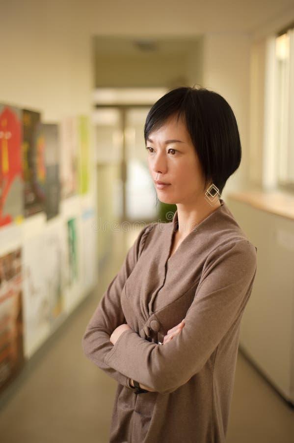Mulher asiática madura atrativa fotografia de stock