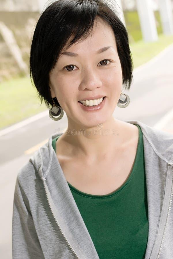 Mulher asiática madura do esporte imagens de stock