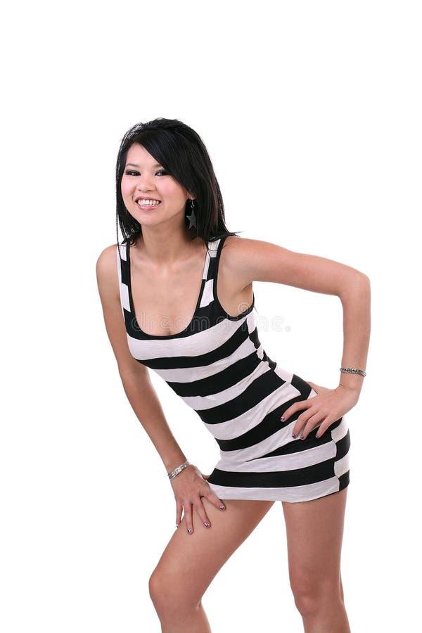 Mulher asiática misturada nova no vestido curto imagens de stock