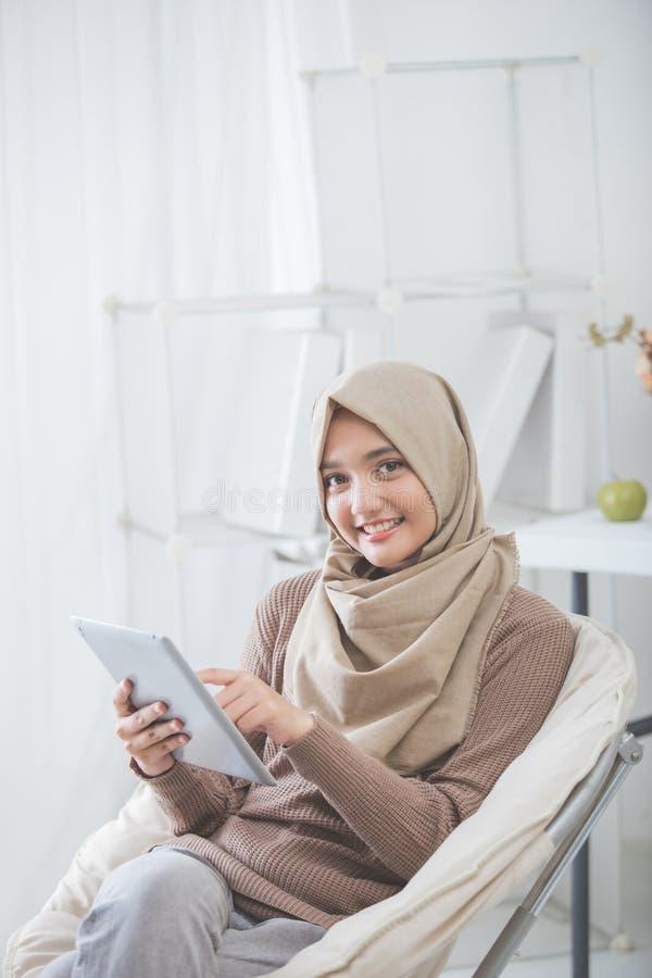 Mulher asiática moderna que usa o PC da tabuleta imagem de stock royalty free