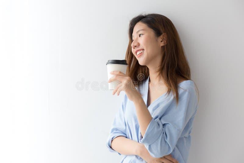 Mulher asiática no café bebendo estando do vestido ocasional na manhã foto de stock royalty free