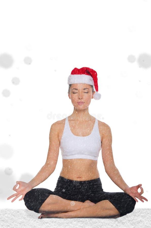 A mulher asiática no chapéu do Natal com neve treina a aptidão foto de stock