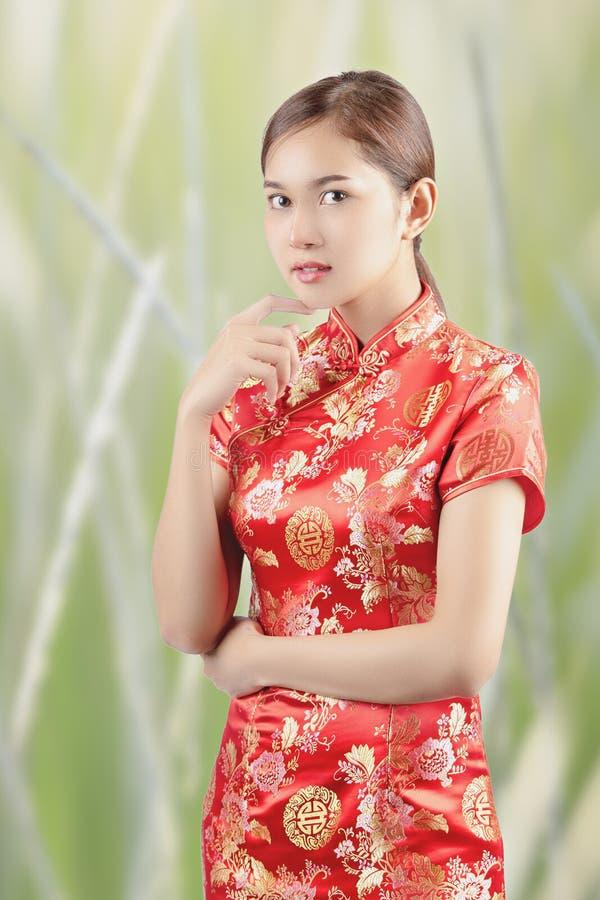 A mulher asiática no chinês veste tradicional imagem de stock
