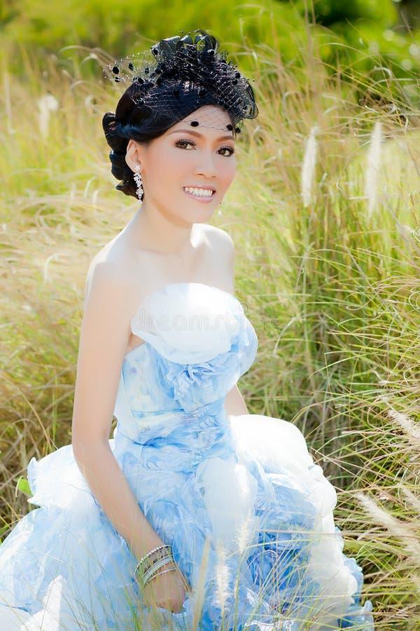 Mulher asiática no terno do casamento foto de stock