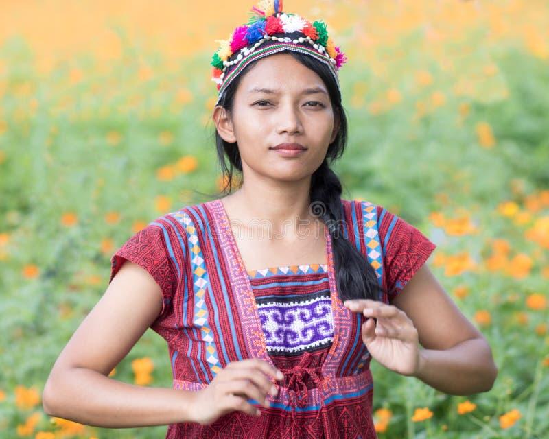 Mulher asiática no traje tradicional para Kare fotos de stock royalty free