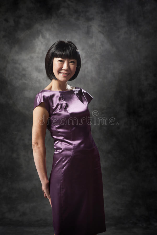Mulher asiática no vestido roxo foto de stock