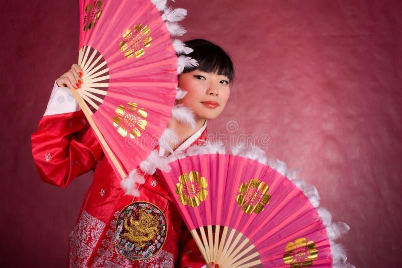 Mulher asiática no vestido tradicional com o ventilador imagem de stock