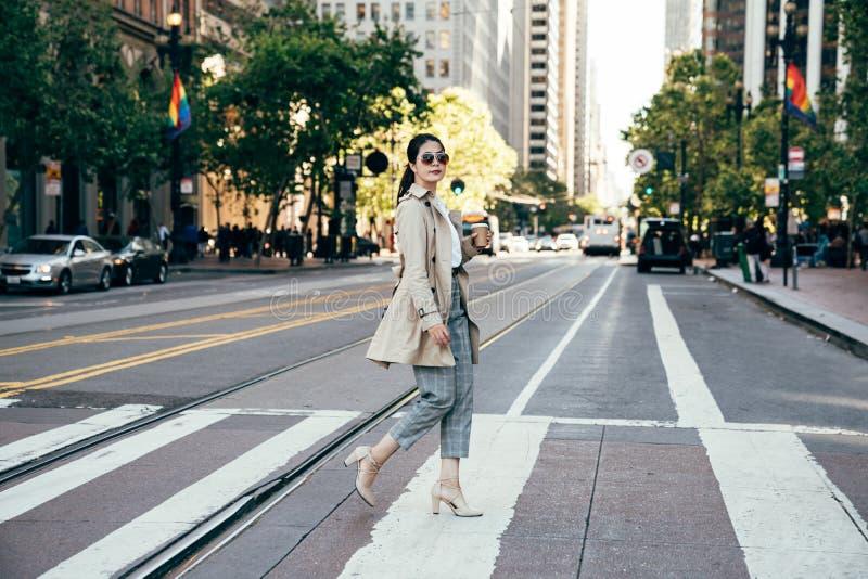 Mulher asiática nos óculos de sol no verão fotografia de stock royalty free