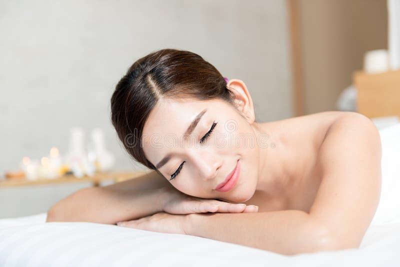 Mulher asiática nos termas da beleza do bem-estar que têm a massagem da terapia do aroma com óleo essencial, Tailândia foto de stock royalty free