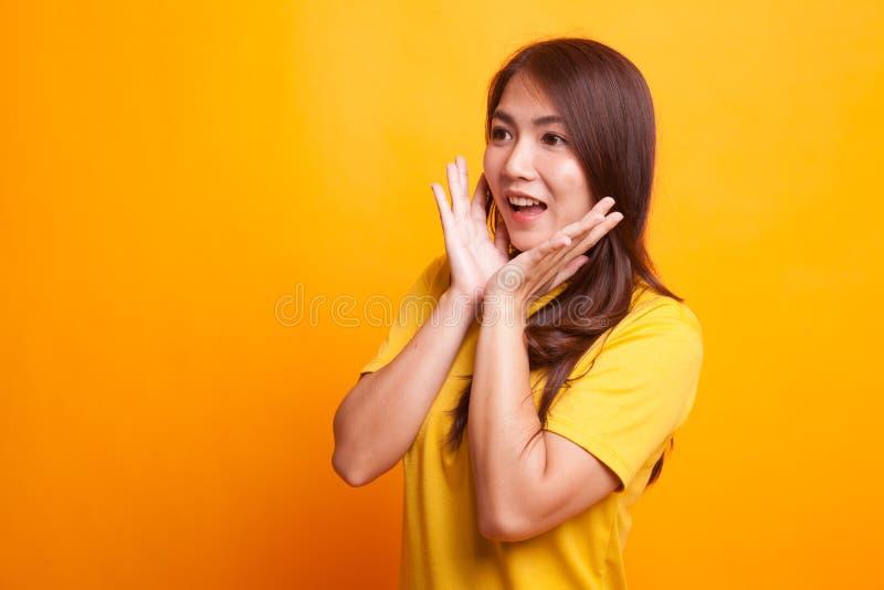 A mulher asiática nova é surpreendida e sorriso foto de stock