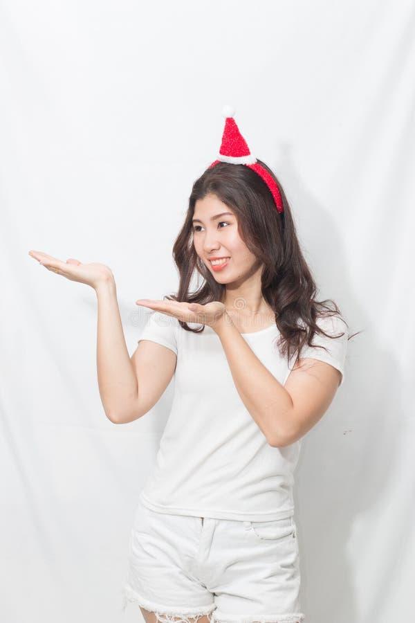 Mulher asiática nova adolescente bonita na camisa e nas calças brancas ela fotografia de stock
