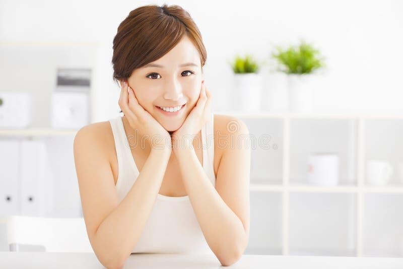 Mulher asiática nova bonita foto de stock royalty free