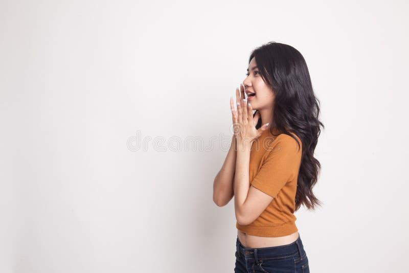 A mulher asiática nova bonita chocou-se e olha acima imagem de stock royalty free