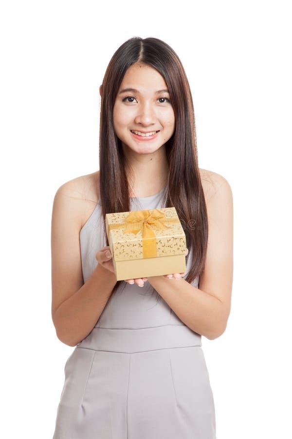 Mulher asiática nova bonita com caixa de presente dourada fotografia de stock