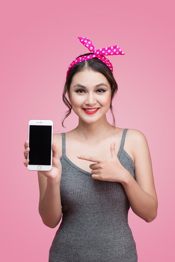 Mulher asiática nova bonita com composição do pino-acima e penteado ov imagem de stock