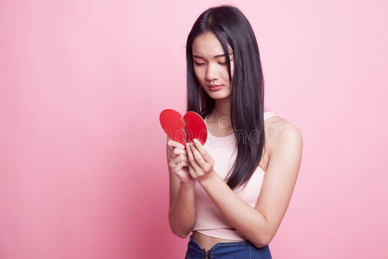 Mulher asiática nova bonita com coração quebrado imagem de stock royalty free