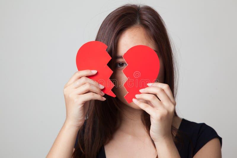 Mulher asiática nova bonita com coração quebrado fotos de stock royalty free