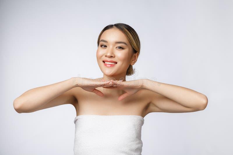 Mulher asiática nova bonita com olhar fresco limpo da pele Cuidado da cara da beleza da menina Tratamento facial Cosmetologia, be imagens de stock