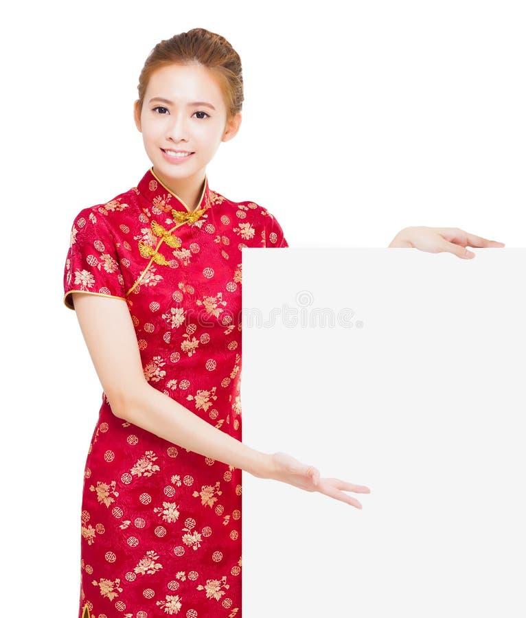 Mulher asiática nova bonita com quadro de avisos vazio foto de stock royalty free