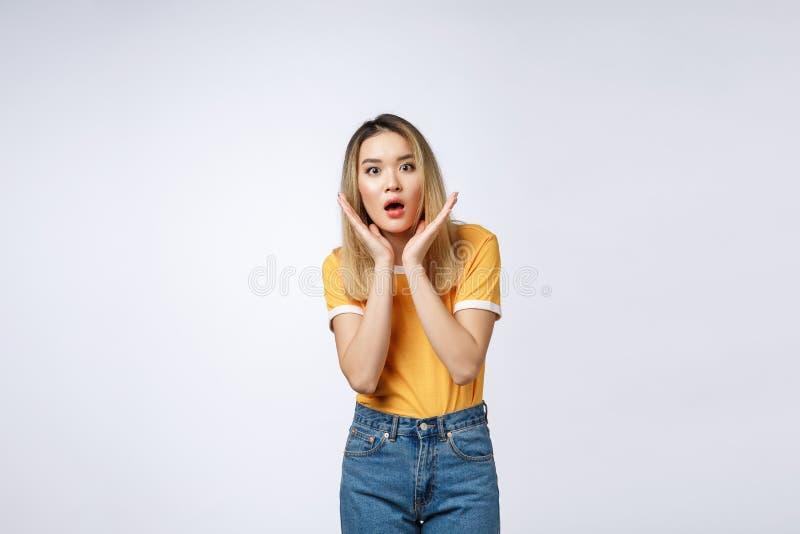 Mulher asiática nova com gritar feliz entusiasmado surpreendido Menina alegre com expressão alegre engraçada da cara foto de stock