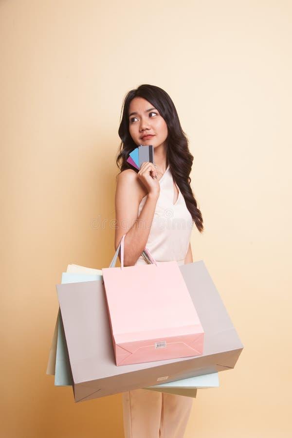 Mulher asiática nova com saco de compras e o cartão vazio imagens de stock