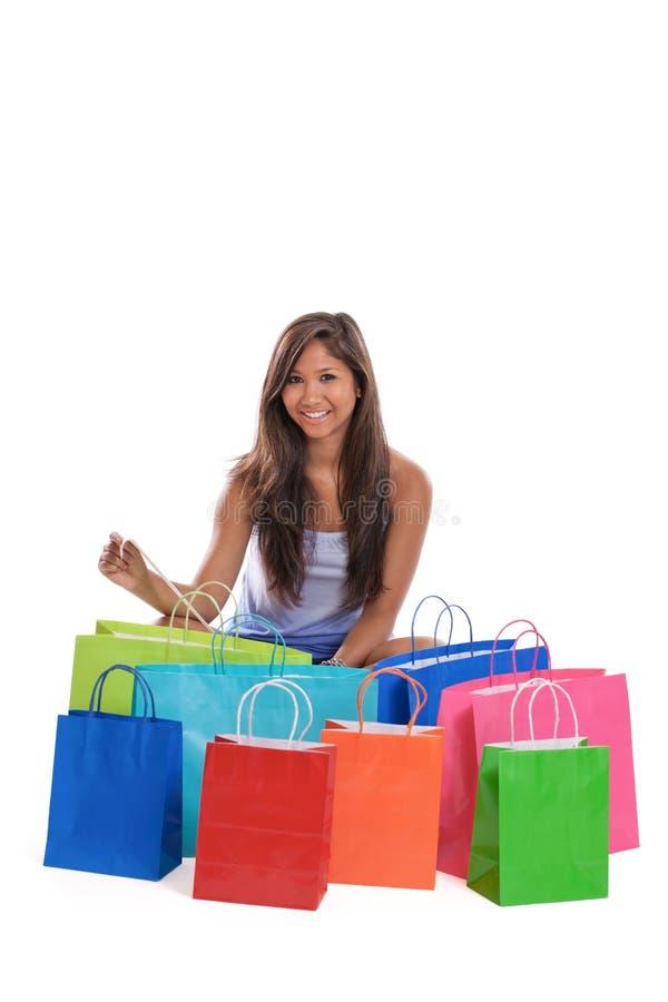 Mulher asiática nova com sacos de compra foto de stock