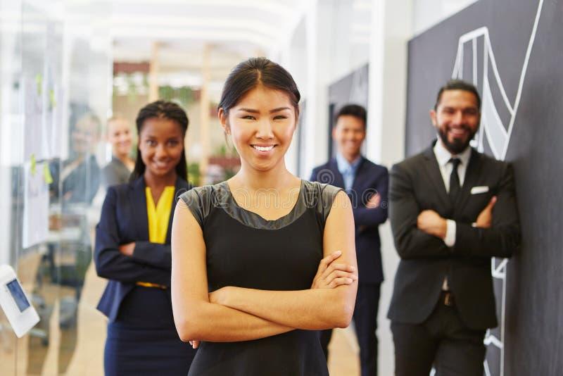 Mulher asiática nova como o CEO da partida foto de stock