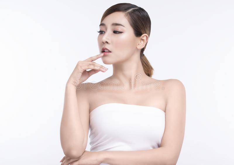 Mulher asiática nova da beleza com pele e os bordos faciais perfeitos Gestos para termas e cosmetologia do tratamento da propagan fotografia de stock royalty free