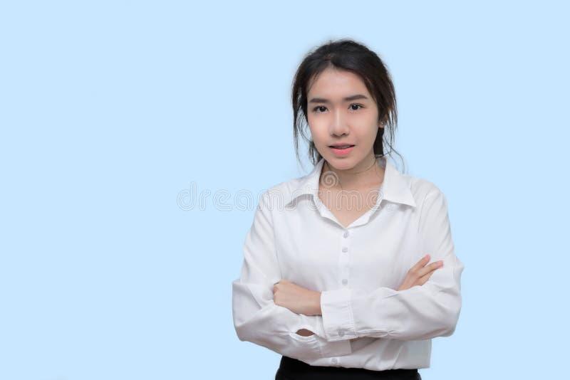 A mulher asiática nova da beleza nas camisas brancas no azul isolou o fundo fotografia de stock royalty free