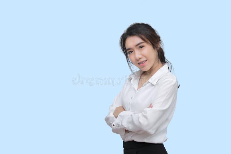 A mulher asiática nova da beleza nas camisas brancas no azul isolou o fundo imagens de stock royalty free