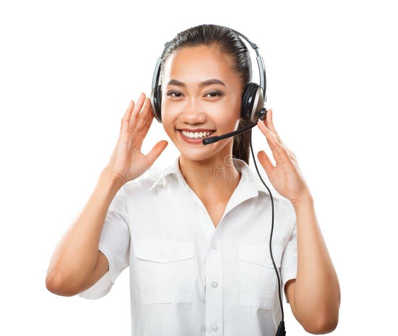 Mulher asiática nova do operador do serviço ao cliente com os auriculares isolados fotografia de stock