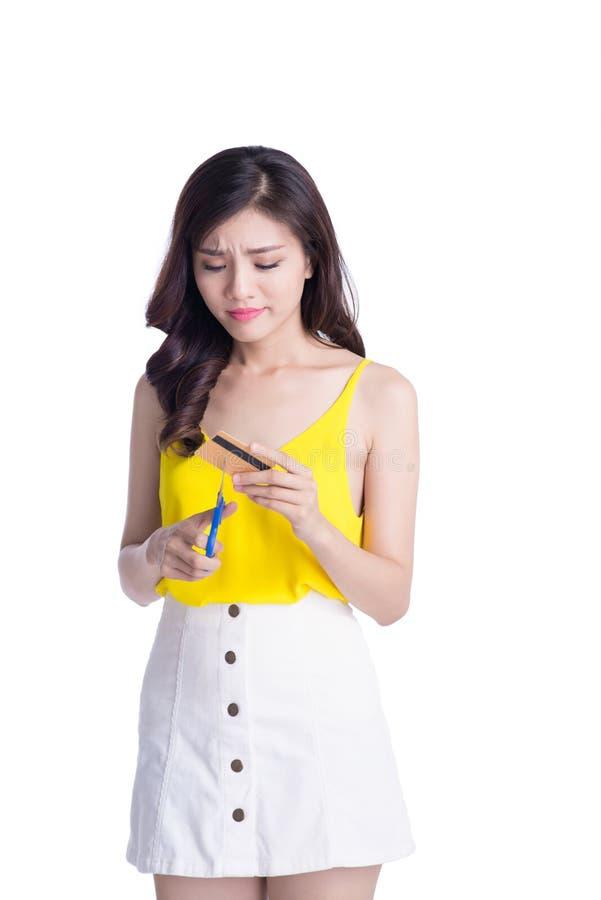 A mulher asiática nova elegante cortou o cartão de banco isolado no branco imagens de stock royalty free