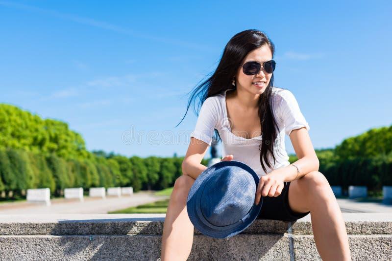 Mulher asiática nova elegante no parque imagens de stock royalty free