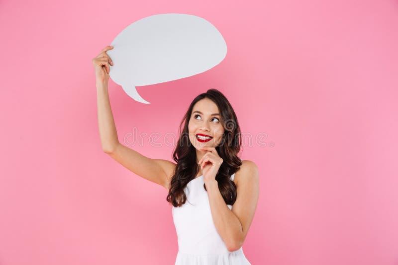 Mulher asiática nova feliz que guarda a bolha do discurso imagem de stock