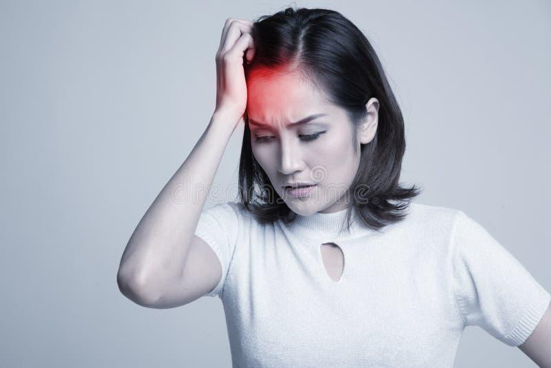 Mulher asiática nova ficada doente e dor de cabeça imagem de stock royalty free