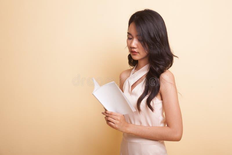 A mulher asiática nova leu um livro foto de stock