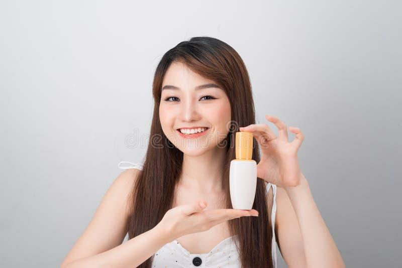 Mulher asiática nova no conceito da beleza isolada no fundo branco imagens de stock royalty free