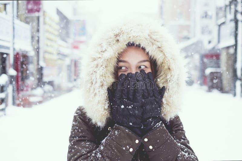Mulher asiática nova no inverno, Sapporo - Japão do turista fotografia de stock
